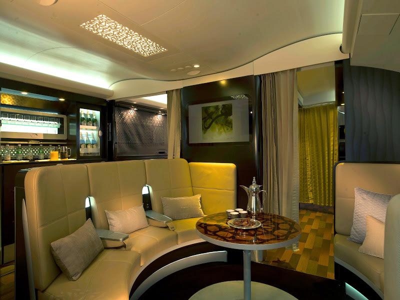 Die Lobby im A380: Hier treffen Sie Gäste aus der ganzen Welt.